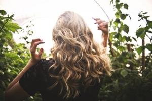 Image de dos d'une femme blonde