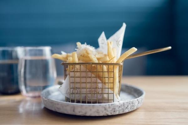 La poutine chez St-Hubert : fromage râpé et froide. Le service de livraison : attroce.