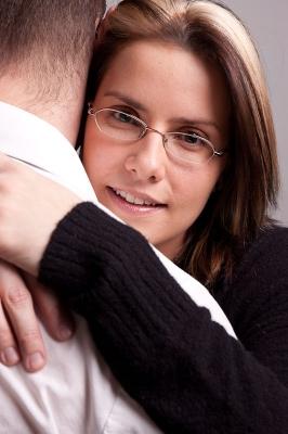 Femme serre dans ses bras un homme
