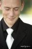Jeune homme avec cravate blanche