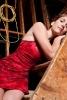 Femme couchée dans un escalier