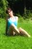 Jeune femme assise sur le gazon