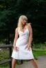 Photo d'une femme avec robe blanche
